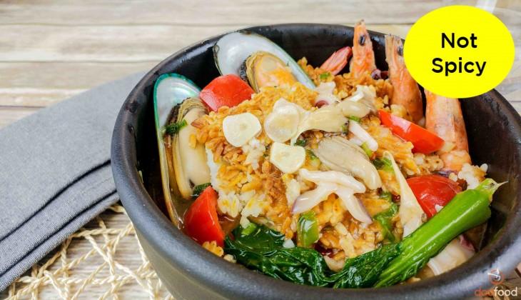 Crisp rice seafood soup (누룽지해물탕)