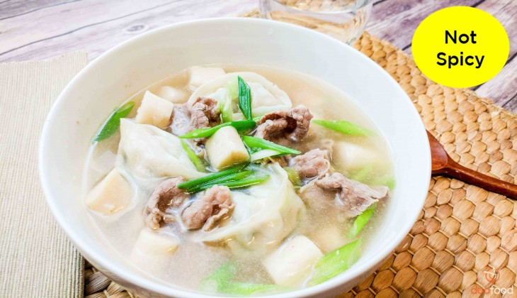 Rice cake soup with dumpling (떡만두국)
